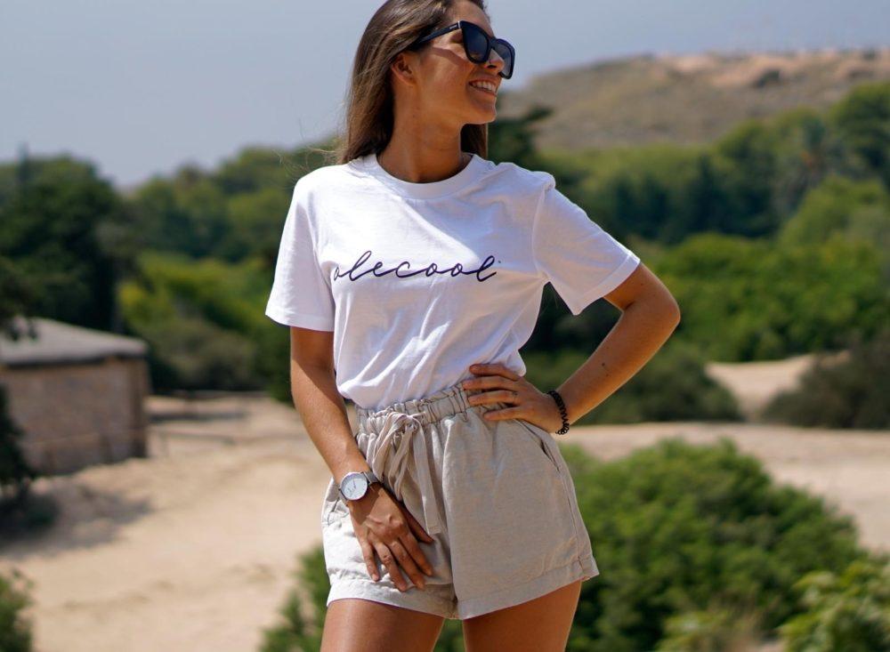 camiseta básica blanca con letras en color negro para mujer de la marca olecool