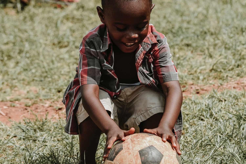 Olécool cares niño jugando